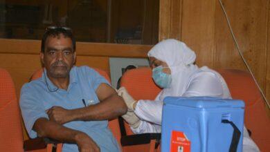 صورة إستمرار تلقى العاملين بديوان عام البحر الأحمر لقاح فيروس كورونا