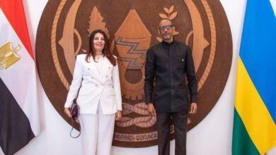 صورة السفيرة المصرية في كيجالي تُقدم أوراق اعتمادها للرئيس الرواندي.